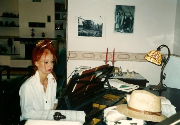Mary al pianoforte